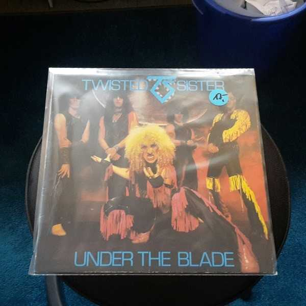 Cover TWISTED SISTER, under the blade (USED)