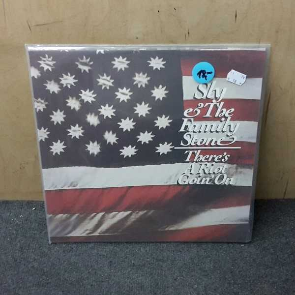 SLY & THE FAMILY STONE, there's a riot goin' on (USED) cover